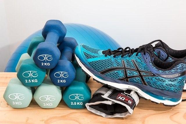 fitnes uteži in teniski na mizi
